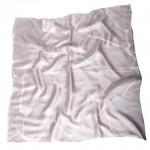 Billede af lille silketørklæde med grafisk print i stone