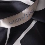 Billede af sort silketørklæde med grafisk print