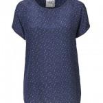 Foto af hvidprikket silke t-shirt på blå bund