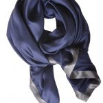 Blåt ensfarvet silketørklæde fra danske Mind of Line